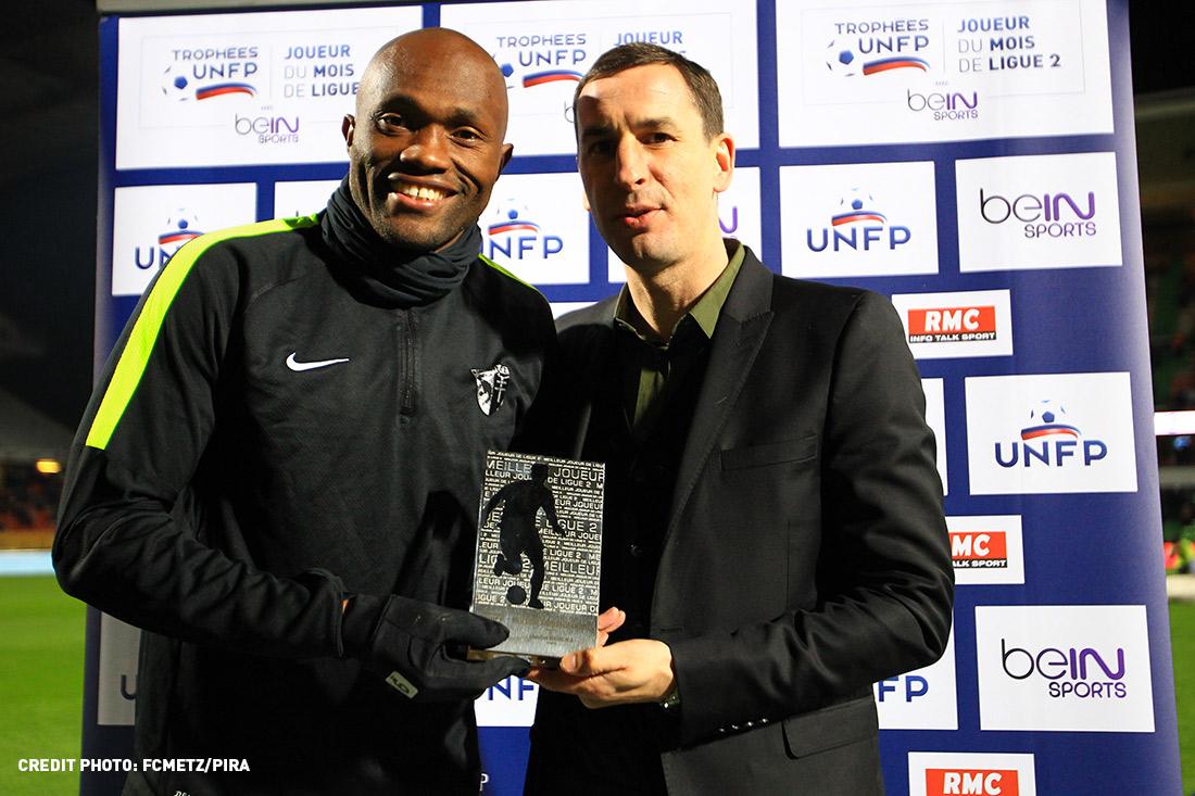 Christian Bekamenga pose avec son trophée de meilleur joueur de Ligue 2 pour le mois de janvier.