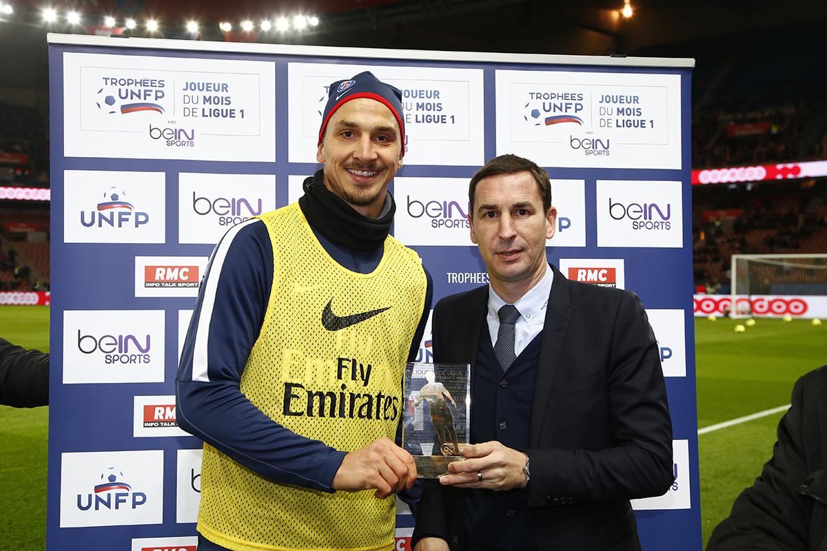 Zlatan Ibrahimovic, fier de remporter pour la cinquième fois le trophée de meilleur joueur du mois.