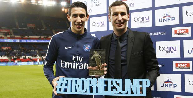 Angel Di Maria fier de son premier trophée de joueur du mois de Ligue 1 devant le public du Parc des Princes.