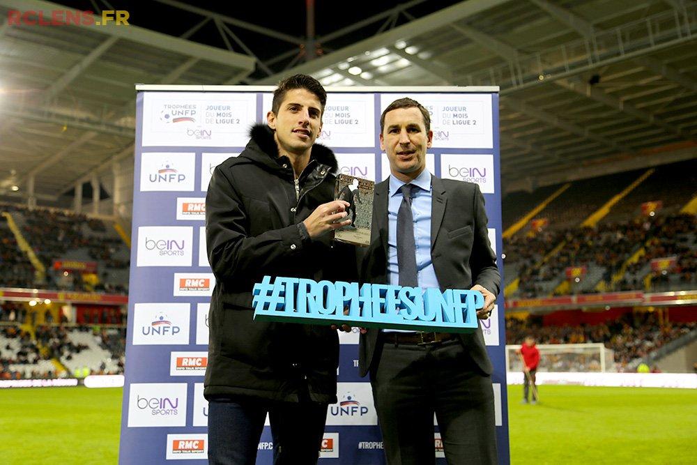 Pablo Chavarria reçoit son trophée UNFP de joueur du mois de Ligue 2 de décembre devant son public !
