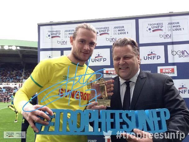 Régis Garrault récompense Guillaume Gillet pour son trophée de meilleur joueur du mois de février de Ligue 1 !