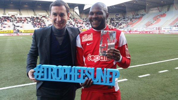 Grand plaisir pour Julien Cétout de recevoir son trophée de meilleur joueur du mois d'octobre.