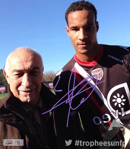 Christopher Jullien reçoit son trophée de meilleur joueur de Ligue 2 du mois de septembre.